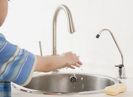 Dziecko powinno myć ręcę przed każdym posiłkiem i po powrocie z placu zabaw /© Panthermedia