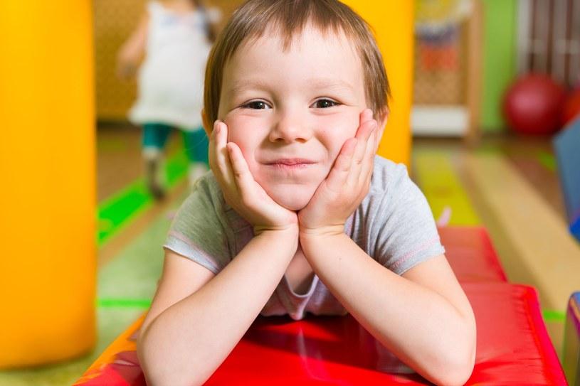 Dziecko poza przedszkolem i szkołą może aktywnie spędzić czas /©123RF/PICSEL