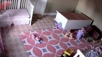 Dziecko przygniecione przez komodę! Na ratunek ruszył brat