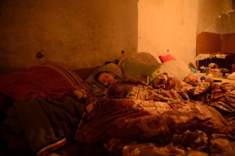 Dziecko śpiące w jednym ze schronów /Radosław Rzehak /UNICEF