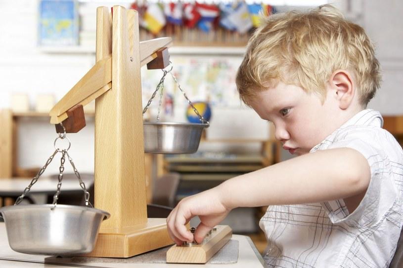 Dziecko uczy się przez doświadczenie /123RF/PICSEL