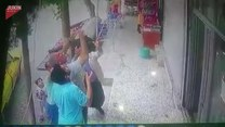 Dziecko zwisające z balkonu! Co zrobili przechodnie?