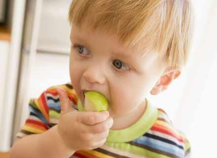 Dziecku po przebytej chorobie potrzeba dużo witamin /© Panthermedia