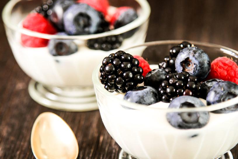 Dzięki dobrym bakteriom (np. z jogurtów) błona śluzowa jest bardziej odporna na afty /©123RF/PICSEL