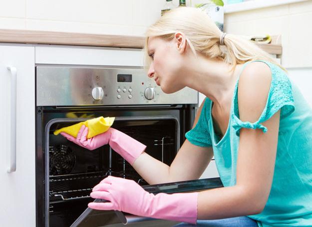 Dzięki naszym sposobom, twój piekarnik będzie wyglądał jak nowy! /©123RF/PICSEL