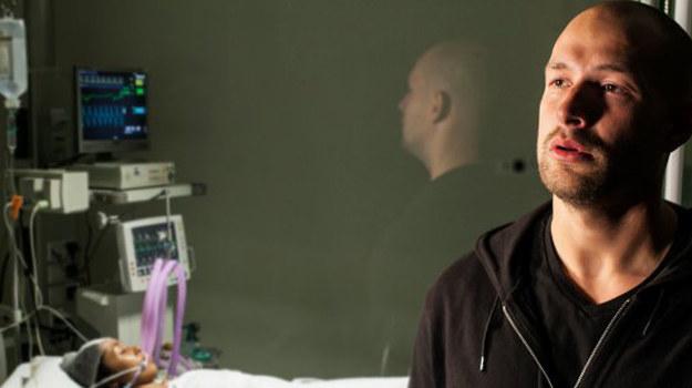 Dzięki szybkiej interwencji lekarzy Sara trafia do szpitala, gdzie zostaje wprowadzona w stan śpiączki farmakologicznej i operowana. /www.barwyszczescia.tvp.pl/