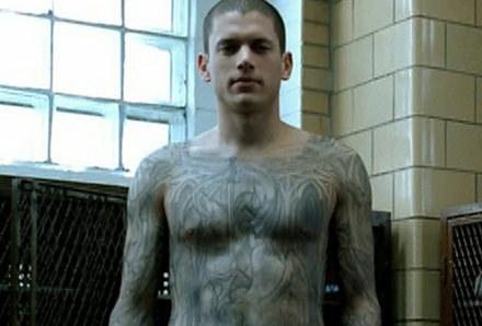 Dzięki temu tatuażowi główny bohater planuje uciec z więzienia /Polsat