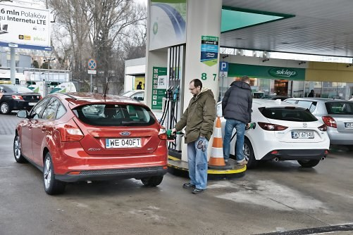 Dzięki temu, że wlewy paliwa w różnych autach są po różnych stronach, kierowcy nie blokują się przy dystrybutorze. /Motor