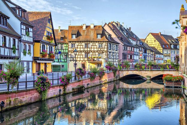 """Dzielnica Kolmaru, zwana """"Małą Wenecją"""" zawdzięcza swą nazwę domom z muru pruskiego przeglądającym się w rzece Lauch /123/RF PICSEL"""