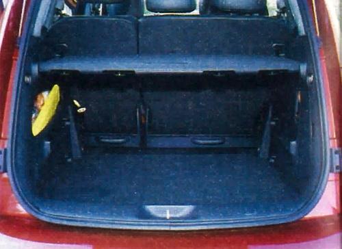 Dzielona tylna kanapa podwyższa funkcjonalność ustawnego bagażnika. /Motor