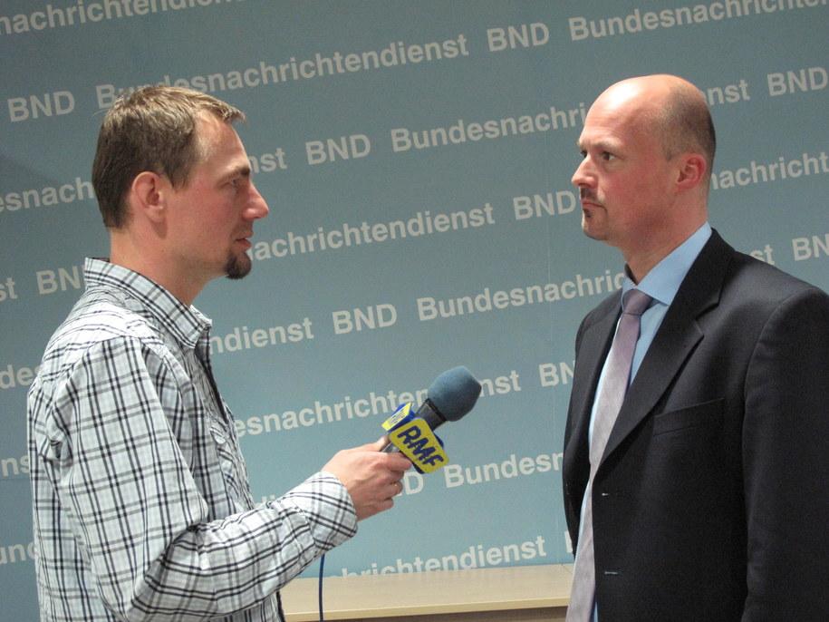 Dziennikarz RMF FM Adam Górczewski i Martin Heinemann, rzecznik niemieckiej Federalnej Służby Wywiadowczej /Adam Górczewski /RMF FM