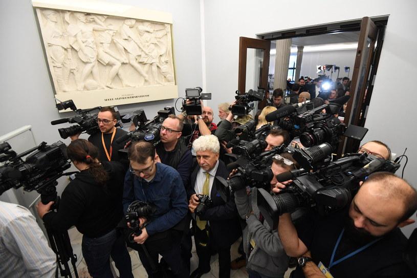 Dziennikarze gromadzą się przed wejściem na sejmową galerię /Bartłomiej Zborowski /PAP