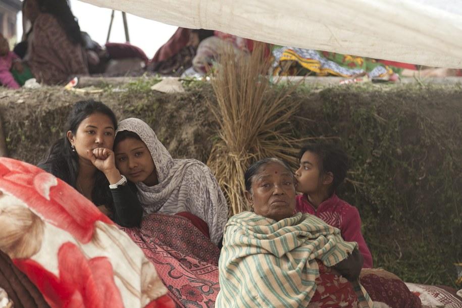 Dziesiątki tysięcy ludzi spędziły noc pod gołym niebem /Hemanta Shrestha /PAP/EPA