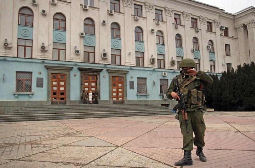 Dziesiątki uzbrojonych ludzi patrolują centrum Symferopola /PAP/EPA