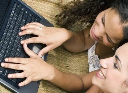 Dziewczęta zdecydowanie więcej czasu spędzają w internecie /© Panthermedia