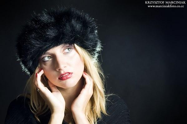 Tak mi się jakoś kojarzy, pewnie przez tą czapę :D Modelka to co prawda nie Oleńka, a Klaudia ;)