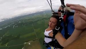 Dziewczyna traci przytomność podczas skoku ze spadochronem