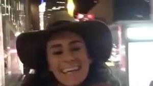 Dziewczyna ucieszona z przyjazdu do Nowego Jorku