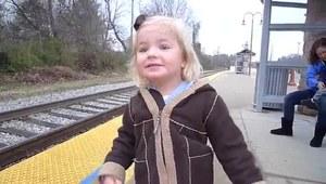 Dziewczynka i jej pierwszy pociąg