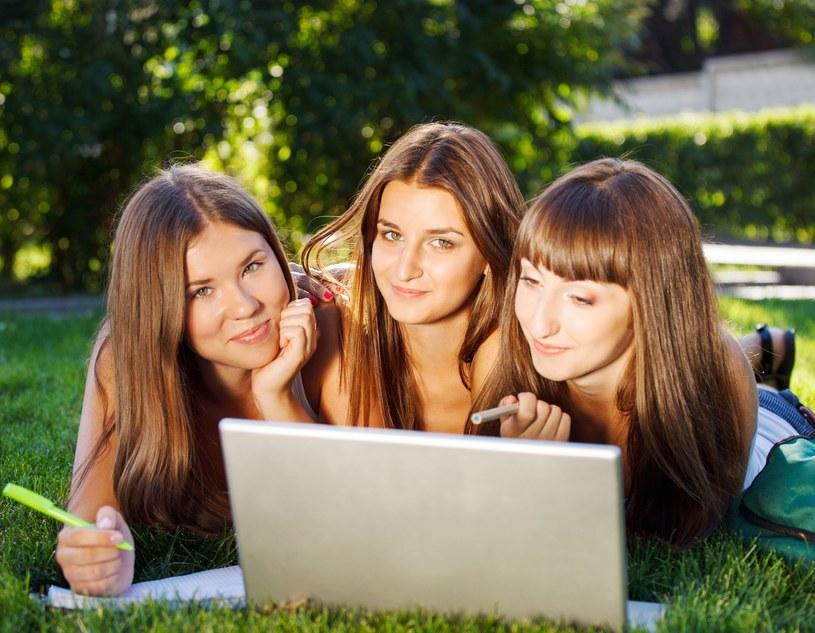 Dziewczyny biegiem chcą zachęcić swoje koleżanki do studiowania na politechnikach /123RF/PICSEL