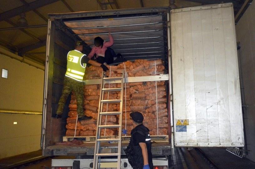 Dziewięciu migrantów z Wietnamu nielegalnie przewożonych w tirze /podlaski.strazgraniczna.pl /