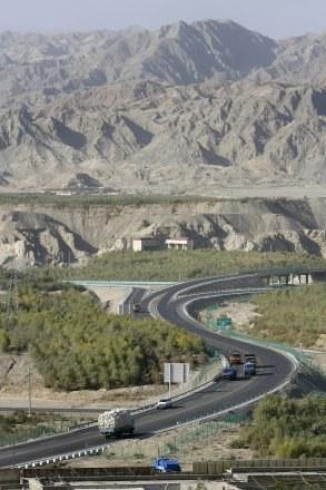 Dziś przez Kotlinę Kaszgarską biegnie autostrada łącząca pustynię Takla Makan z Urumczi /AFP