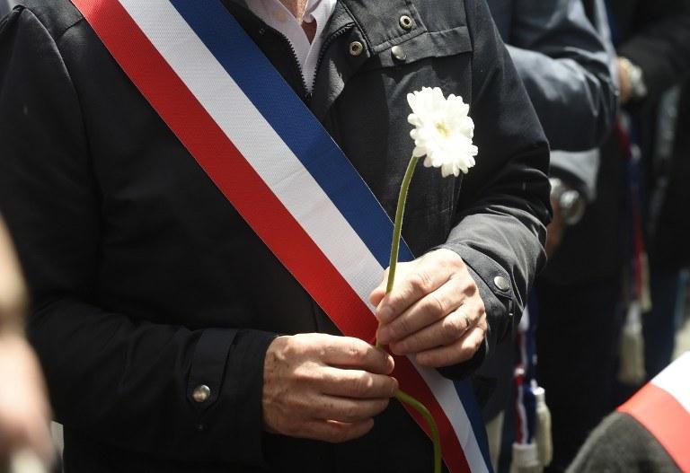 Dziś w Mantes-la-Jolies pod Paryżem, gdzie doszło do zaóbjstwa, miał miejsce marsz poświęcony pamięci zabitego policjanta i jego żony /DOMINIQUE FAGET / AFP /AFP