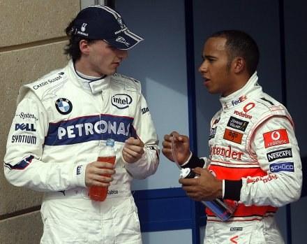 """""""Dzisiaj będę górą"""" - zdaje się mówić Kubica do Hamiltona /AFP"""