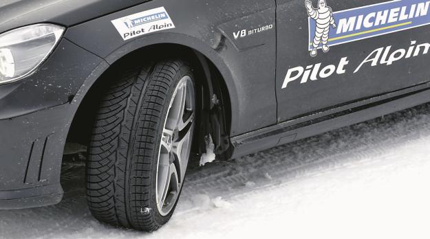Dzisiejsze zaawansowane technicznie zimówki mają lepszą przyczepność, jeżeli ich szerokość jest taka sama, jak w oponach letnich. /Motor