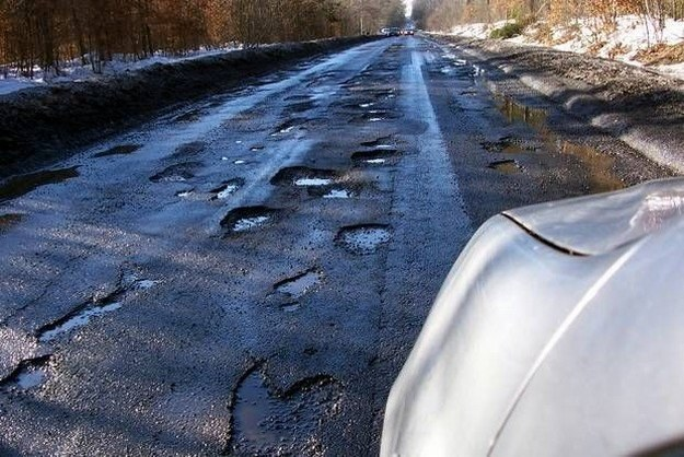 Dziurawych dróg w Polsce ciągle nie brakuje /INTERIA.PL