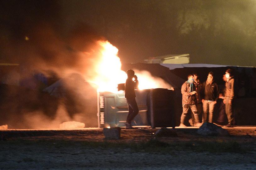 """""""Dżungla"""" w Calais: Migranci podpalili kosz z odpadami /AFP"""