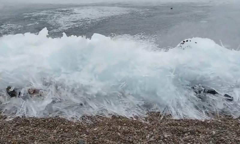 Dźwięk i widok zamarzającego Bajkału zachwyciły internautów /ViralVideoUK /YouTube