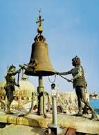 Dzwon z dwoma diabłami na wieży zegarowej w Wenecji /Encyklopedia Internautica