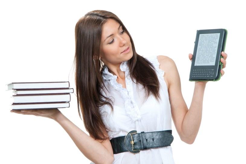 E-book zamiast sterty książek. Elektroniczne czytniki stają sięcoraz bardziej popularne w naszym kraju /©123RF/PICSEL