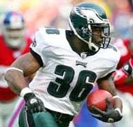 Eagles - Giants 27-6. Brian Westbrook w ofensywnej akcji /AFP
