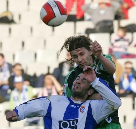 Ebi wyskoczył wyżej niż Marc Torrejon z Espanyolu. /AFP