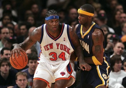 Eddie Curry (New York Knicks) kontra Jermaine O'Neal (Indiana Pacers) /AFP