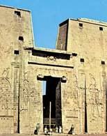 Edfu, wejście do świątyni Horusa /Encyklopedia Internautica