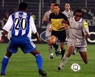 Edgar Davids (z prawej) i jego koledzy nie pokonali bramkarza Deportivo