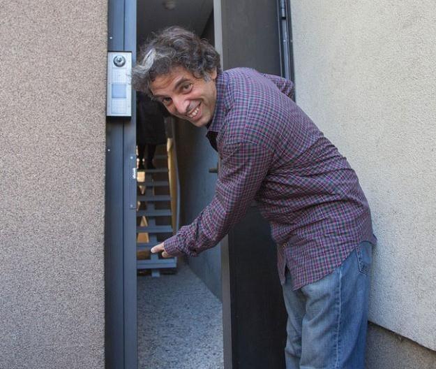 Edgar Keret przed wejściem do Domu Kereta. Warszawa, 20 października 2012 /East News