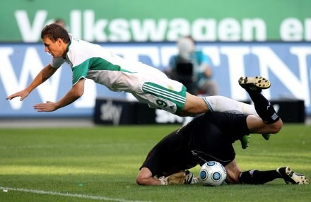 Edin Dzeko nie mógł darować Karimowi Zianiemu faulu. /AFP