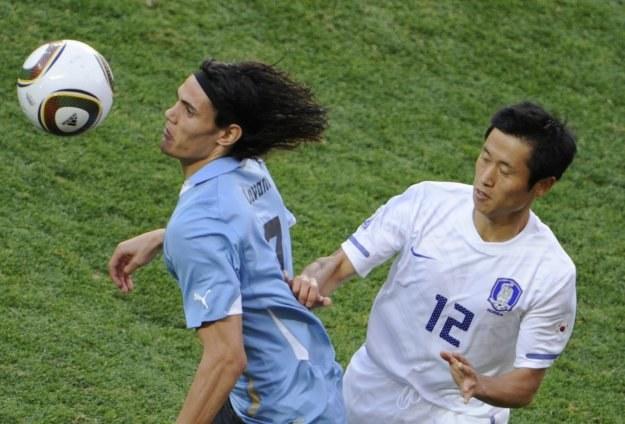 Edinson Cavani (z lewej) w meczu Urugwaj - Korea Południowa /AFP