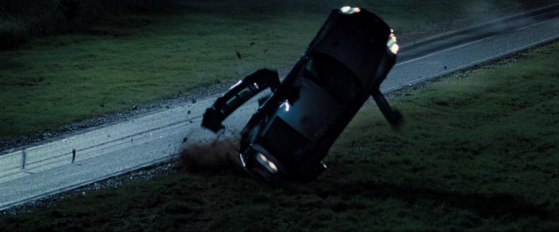 """Efektowne dachowanie w """"Casino Royale"""": Jeden z 7 obrotów auta Astona Martin /materiały dystrybutora"""