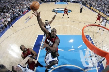 """Efektowne """"wsady"""" Shaquille'a O'Neala nie pomogły. Mavs-Heat 112:100 /AFP"""