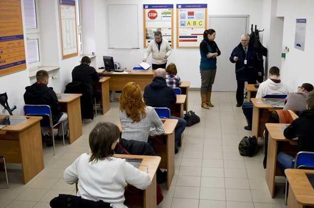 Egzamin na prawo jazdy - część teoretyczna fot. Andrzej Stawiński /Reporter