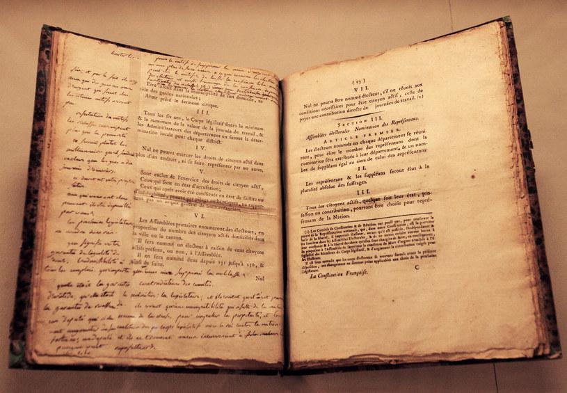 Egzemplarz francuskiej konstytucji należący do Maksymiliana Robespierre'a /AFP