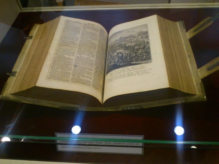 Egzemplarz XVIII-wiecznej Biblii, którą można zobaczyć w Gdańsku /Kuba Kaługa /RMF FM