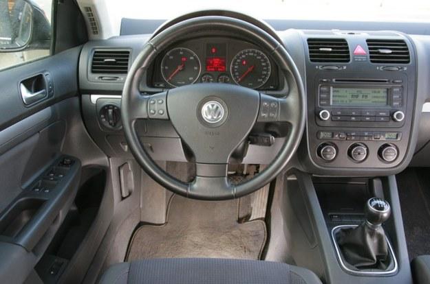 Egzemplarz z wielofunkcyjną kierownicą to rzadkość. Problem wnętrza VW Jetty to łuszczenie się gumowanych powierzchni. /Motor