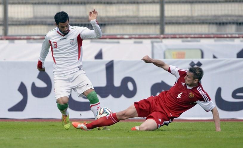 Ehsan Hajsafi (bialy strój), obrońca Iranu, podczas kontrolnego meczu z Białorusią /AFP