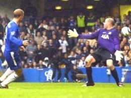 Eidur Gudjohnsen pokonuje Breda Friedela. Chelsea-Blackburn 4:0 /AFP